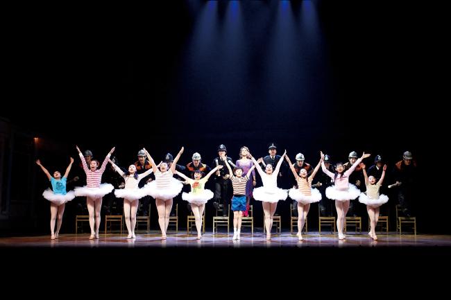 """Sim Hyun-seo, center, one of the five actors in the title role of """"Billy Elliot"""" at D-cube Arts Center in Seoul (Seensee Company)"""
