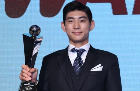 In this file photo taken Nov. 6, 2017, Lee Jung-hoo of the Nexen Heroes holds up the trophy as the Korea Baseball Organization`s 2017 Rookie of the Year at an awards ceremony in Seoul. (Yonhap)