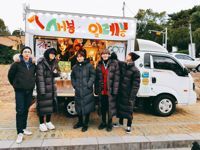 "GOT7 poses with its food truck ""Sebong Elebong"" (JYP Entertainment)"