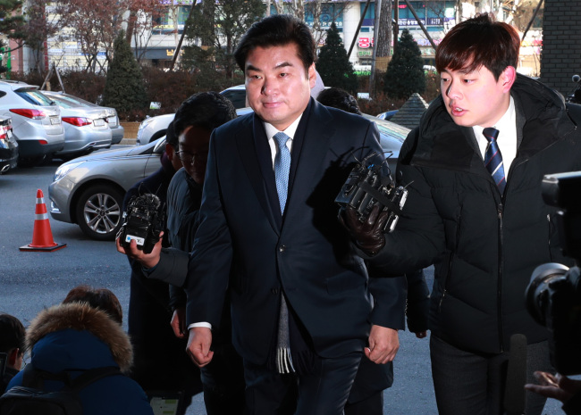 Rep. Won Yoo-chul of the main opposition Liberty Korea Party appears at Seoul Southern District Prosecutors' Office to be questioned over allegations of receiving illicit political funds, in Seoul on Wedneday. (Yonhap)