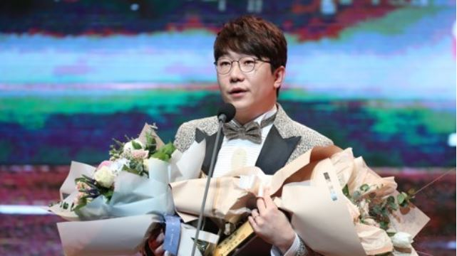 Kia Tigers` pitcher Yang Hyeon-jong gives an acceptance speech after capturing the Korea Baseball Organization`s Golden Glove at a ceremony in Seoul on Dec. 13, 2017. (Yonhap)