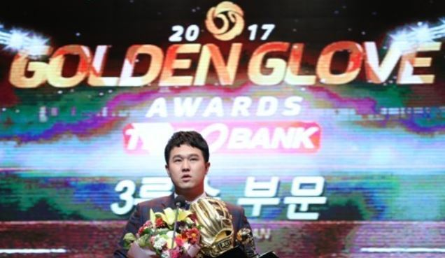 SK Wyverns` third baseman Choi Jeong gives an acceptance speech after winning the Korea Baseball Organization`s Golden Glove at a ceremony in Seoul on Dec. 13, 2017. (Yonhap)