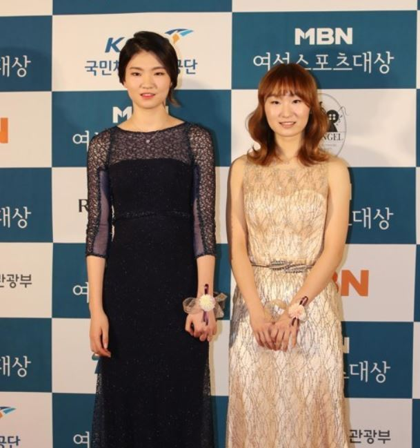 South Korean short track speed skaters Shim Suk-hee (L) and Choi Min-jeong pose for a photo at the MBN Women Sports Awards at a Seoul hotel on Dec. 14, 2017. (Yonhap)
