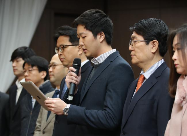 Coinone CEO Kevin Cha (center). (Yonhap)