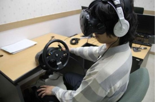 A demonstration of VR treatment for alcoholic convicts at Seoul Probation Office Saturday (The Ministry of Justice)