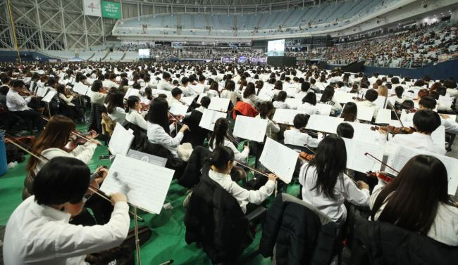 With 8,076 musicians involved, an orchestra performance in Gocheok Sky Dome in Seoul Saturday, trumped the previous biggest such performance in the Guinness Book of Records. (Yonhap)