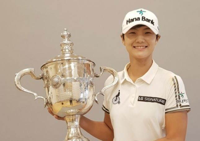In this file photo provided by SEMA Sports Marketing on Nov. 20, 2017, Park Sung-hyun of South Korea holds the trophy for the LPGA Tour`s Player of the Year honors after the season-ending CME Group Tour Championship in Naples, Florida. (Yonhap)