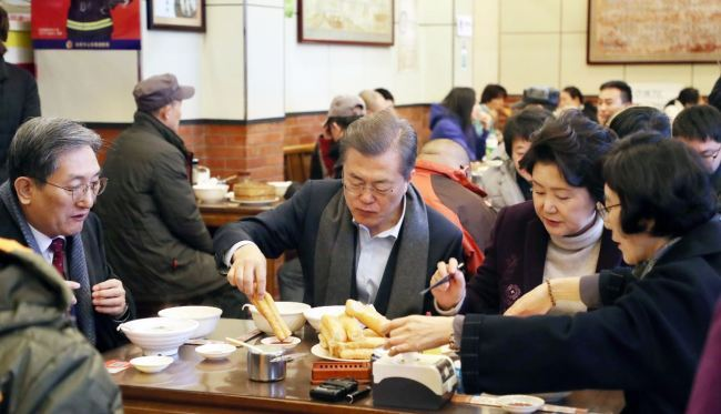 President Moon Jae-in (center) and First Lady Kim Jung-sook (Right) kicked off the second day of state visit to China with breakfast at a streetside restaurant in Beijing early Thursday. (Yonhap)