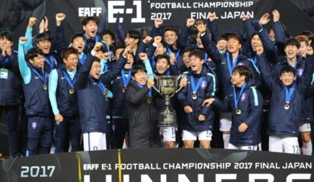 In this file photo taken on Dec. 16, 2017, South Korea men`s national football team players and coaches celebrate after they won the East Asian Football Federation (EAFF) E-1 Football Championship at Ajinomoto Stadium in Tokyo. (Yonhap)