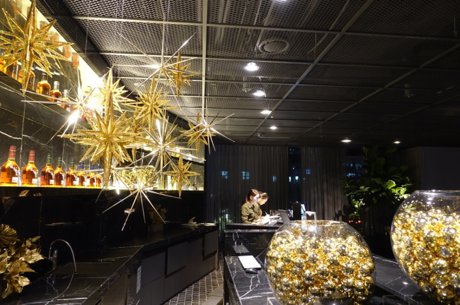 The front desk of a hotel is decorated with Christmas ornaments. (Gladlive Hotel)