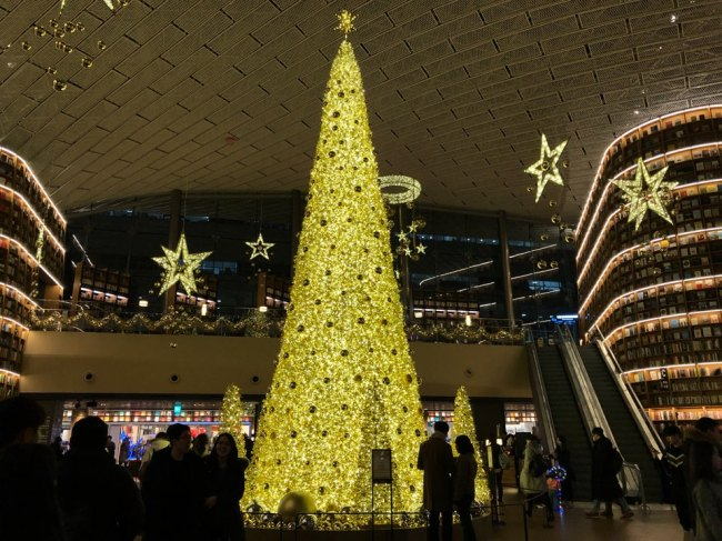 The golden Christmas tree shines at Starfield Coex mall. (Park Ju-young / The Korea Herald)