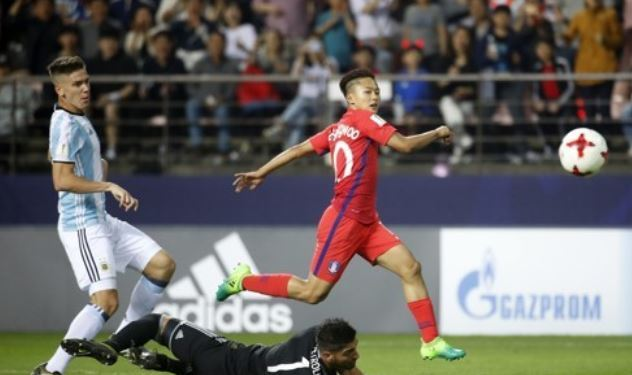 In this file photo taken May 23, 2017, South Korea`s Lee Seung-woo (R) scores a goal against Argentina during the FIFA U-20 World Cup group stage match at Jeonju World Cup Stadium in Jeonju, North Jeolla Province. (Yonhap)
