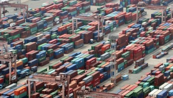 Containers waiting to be shipped at South Korea`s main sea port of Busan. (Yonhap)