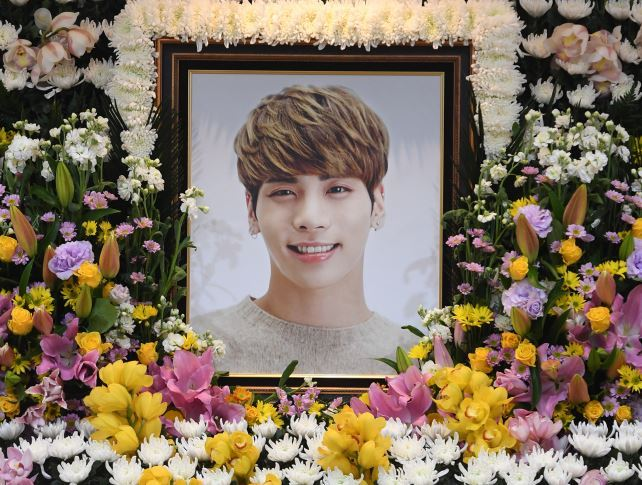 A photo of the late Kim Jong-hyun, better known as Jonghyun and the main vocalist for SHINee, is placed at his memorial service at Asan Medical Center in Songpa-gu, Seoul, Tuesday. (Yonhap)