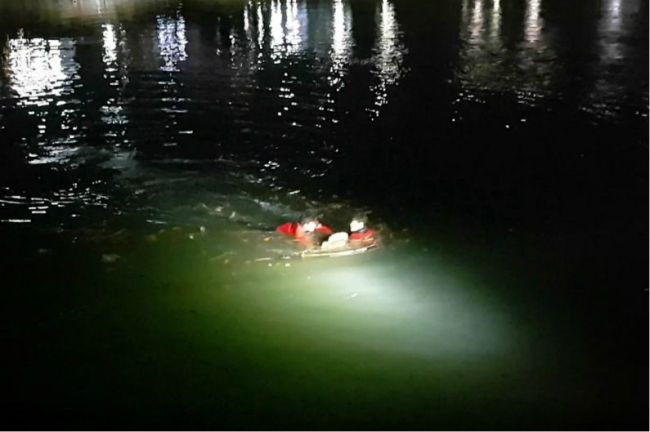 Two 119 personnel rescue a man from Suyeong River in Busan (Busan Fire Department)