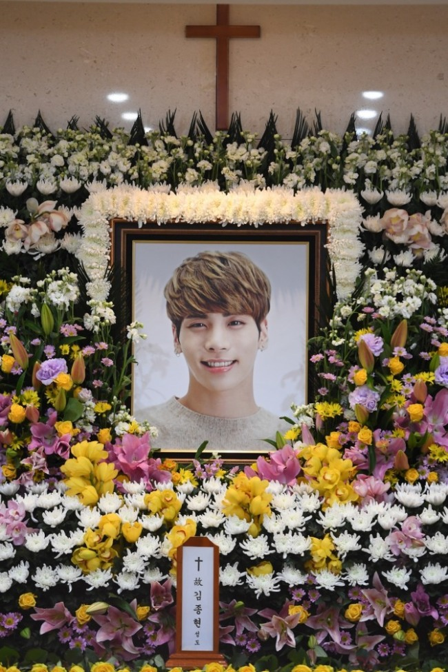 A photo of Jonghyun, the main vocalist for SHINee, is placed at his memorial service at Asan Medical Center in Songpa-gu, Seoul, Tuesday. (Yonhap)