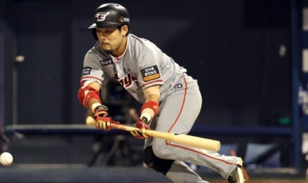 In this file photo taken on Aug. 1, 2017, Lee Yong-kyu of the Hanwha Eagles lays down a bunt single against the NC Dinos during the teams` Korea Baseball Organization regular season game at Masan Stadium in Changwon, South Gyeongsang Province. (Yonhap)