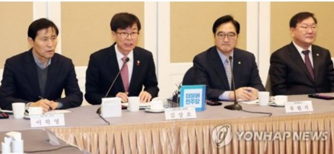 Kim Sang-jo (2nd from L), the chairman of the Fair Trade Commission, speaks during a party-government policy consultation meeting at the National Assembly in Seoul on Dec. 21, 2017. (Yonhap)