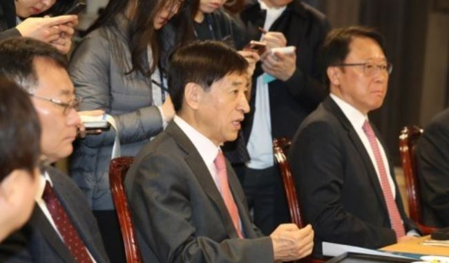 Bank of Korea Gov. Lee Ju-yeol speaks at a meeting with economic experts and advisers in Seoul on Dec. 21, 2017. (Yonhap)