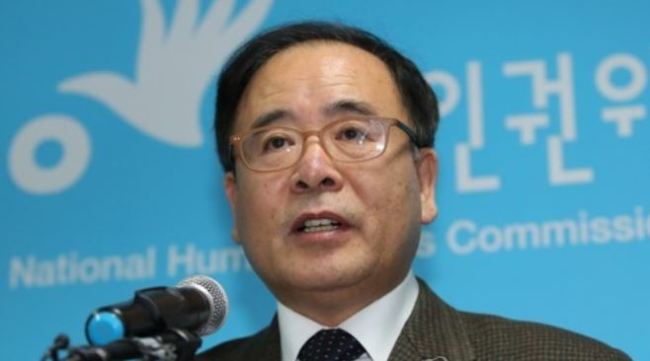 Kim Seong-joon, the head of the investigation unit at the National Human Rights Commission, speaks during a press briefing on Dec. 21, 2017, on its recommendation to the defense ministry calling for tougher punishment for assailants in the sexual assault cases in the military. (Yonhap)