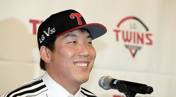 LG Twins outfielder Kim Hyun-soo smiles during his introductory press conference in Seoul on Dec. 21, 2017. (Yonhap)