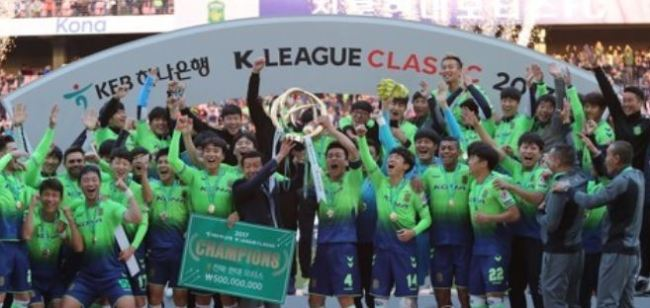 In this file photo taken on Oct. 29, 2017, members of Jeonbuk Hyundai Motors celebrate their 2017 K League Classic championship after a 3-0 win over Jeju United at Jeonju World Cup Stadium in Jeonju, North Jeolla Province. (Yonhap)