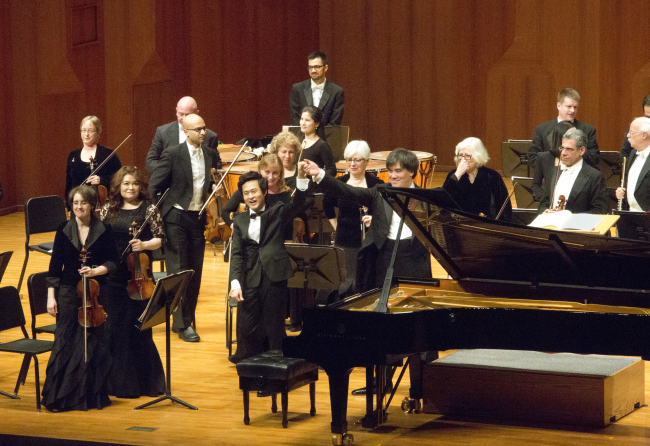 Kim Da-sol performs with the New York Philharmonic led by conductor Alan Gilbert at Seoul Arts (Kumho Asiana Cultural Foundation)