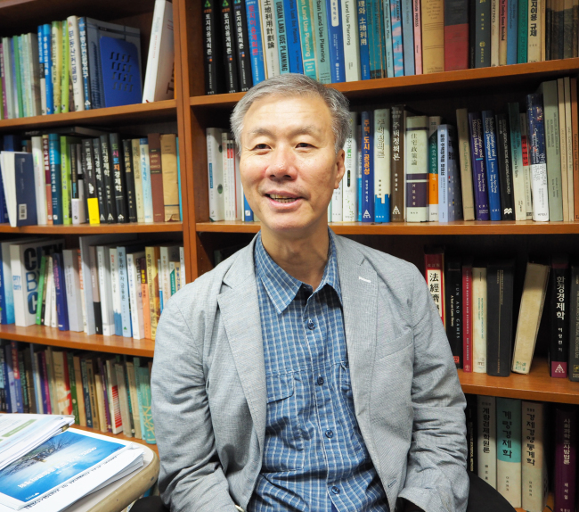 Choi Mack-joong, professor at Seoul National University's Graduate School of Environmental Studies (Joel Lee/The Korea Herald)