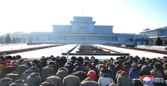 North Koreans mourn the death of the late Kim Jong-il on the sixth anniversary of his death on Dec. 17 at the Kumsoonsan Palace of the Sun, one of many ideological sites in the revolutionary capital Pyongyang. (Yonhap)