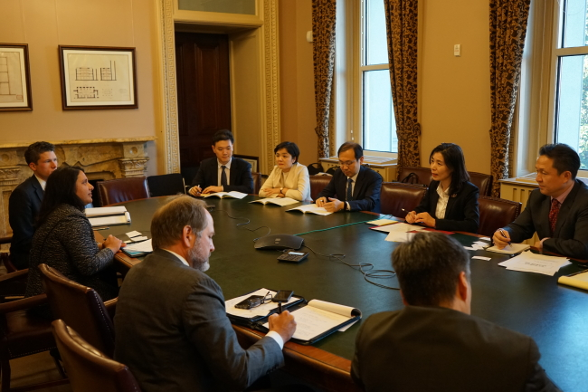 Minister of Government Legislation Kim Oe-sook (top, second from right) talks with officials from the Office of Information and Regulatory Affairs during her four-day visit to the US earlier this month. (Ministry of Government Legislation)