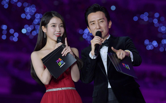 """Singers IU and You Hee-yeol host annual year-end music show """"SBS Gayo Daejun"""" at Gocheok Sky Dome in Seoul on Monday. (SBS)"""