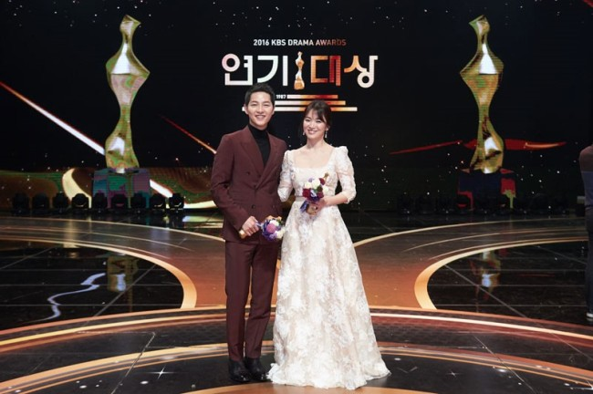 Actors Song Joong-ki (left) and Song Hye-kyo pose at the 2016 KBS Drama Awards held at KBS Hall in Yeouido, Seoul, on Dec. 31 last year. (KBS)
