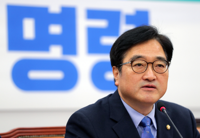 Floor leader Woo Won-shik of the ruling Democratic Party of Korea speaks at a party meeting at the National Assembly on Thursday. Yonhap