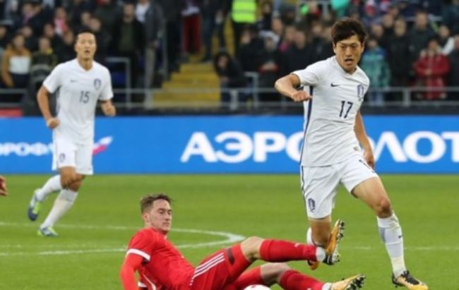 In this file photo taken Oct. 7, 2017, South Korean midfielder Lee Chung-yong (R) dribbles past a Russian player during the international friendly football match between South Korea and Russia at VEB Arena in Moscow. (Yonhap)
