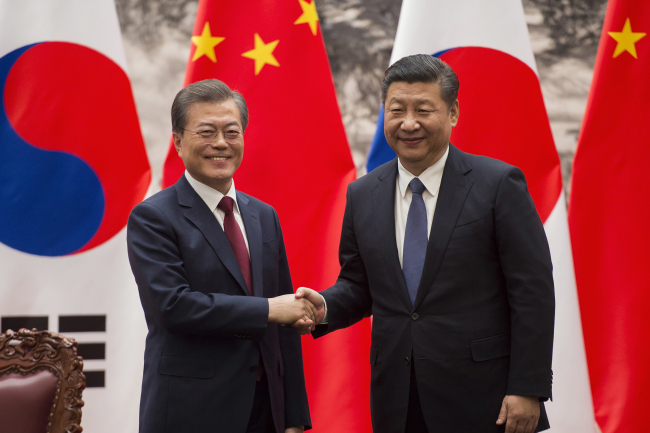 South Korean President Moon Jae-in (left) and Chinese President Xi Jinping (AP/Yonhap)