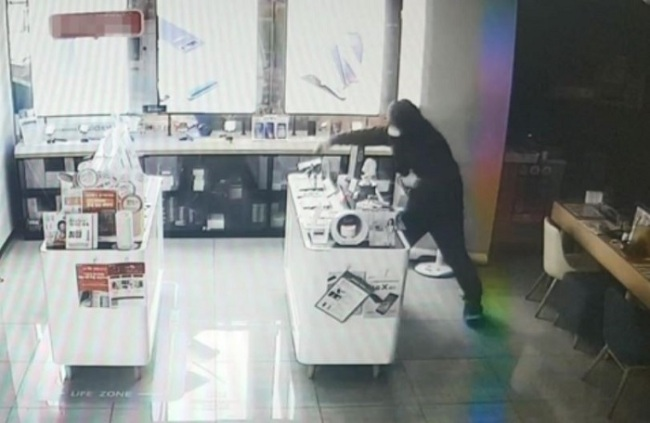 Security footage shows suspect committing theft. (Photo courtesy of Seongbuk Police Station/Yonhap)