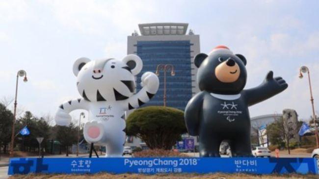 Soohorang (L) and Bandabi, the official mascots of the 2018 PyeongChang Winter Olympics (Yonhap)