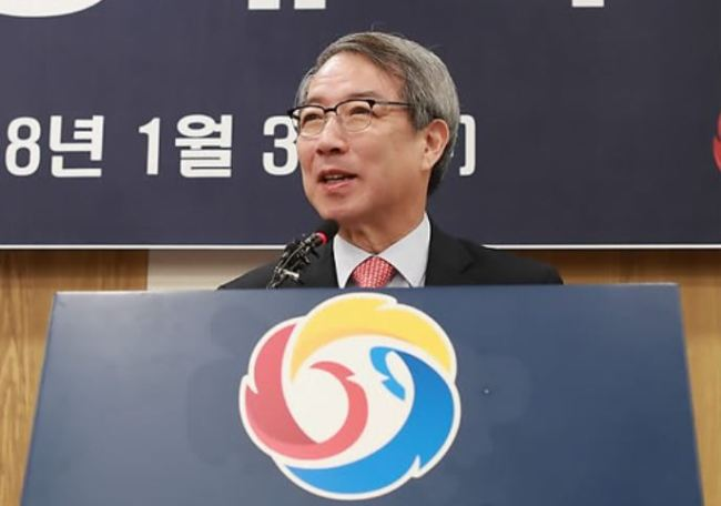 Former Prime Minister Chung Un-chan speaks in his inauguration ceremony as the new commissioner of the Korea Baseball Organization in Seoul on Jan. 3, 2017. (Yonhap)