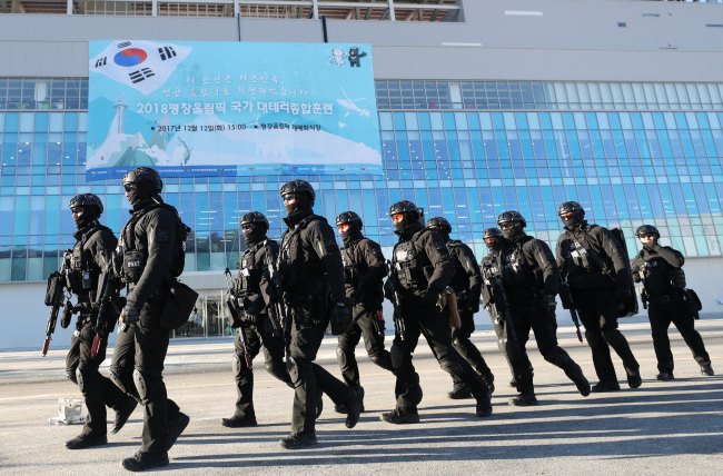 South Korean police officers engage in a security drill on Dec. 12 last year ahead of the 2018 Pyeongchang Winter Olympic Games at the Olympic Stadium in Pyeongchang, where the opening and closing ceremony will take place. (Yonhap)