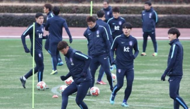 In this file photo taken Dec. 15, 2017, South Korea national football team players train on the West Field of Ajinomoto Stadium in Tokyo. (Yonhap)