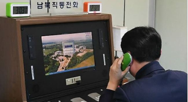 A South Korean official checks out a cross-border hotline with North Korea at the liaison office at the truce village of Panmunjom on Jan. 3, 2018. (Yonhap)