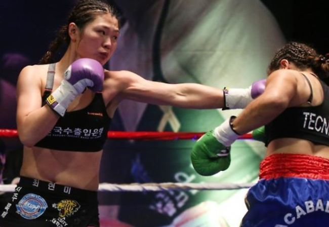 In this file photo taken March 27, 2016, South Korean boxer Choi Hyun-mi (L) delivers a blow to Colombia`s Diana Ayala in their World Boxing Association (WBA) women`s super featherweight title bout in Gwangmyeong, Gyeonggi Province. (Yonhap)