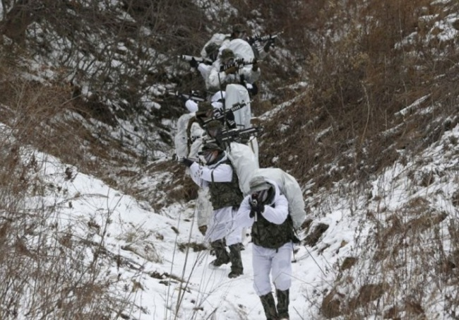 South Korean marines and U.S. Marines from 3rd Division Expeditionary Forces demonstrate in their reconnaissance mission during a combined military winter exercise in Pyeongchang, South Korea, Thursday, Jan. 28, 2016. (AP)