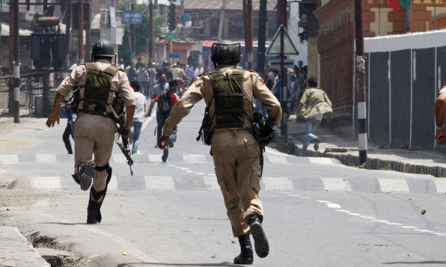 Blast kills 4 policemen in Indian Kashmir Saturday. (AP-Yonhap)