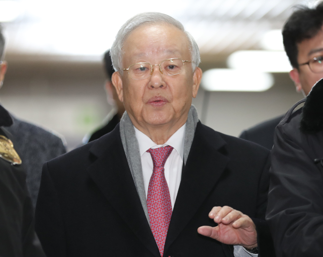 CJ Group chairman Sohn Kyung-shik appears at the Seoul Central District Court on Monday afternoon to take the stand as a witness at former President Park Geun-hye's hearing (Yonhap)