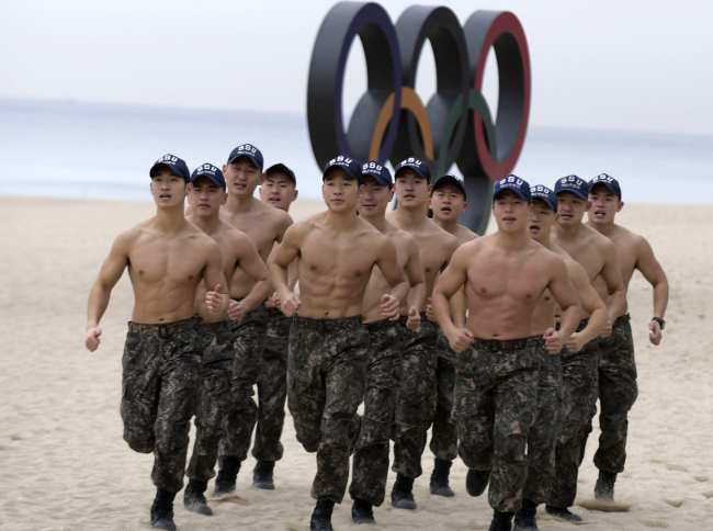 The South Korean Navy practices seaborne rescue drills to lay the ground for a successful Winter Olympic games. (Yonhap)