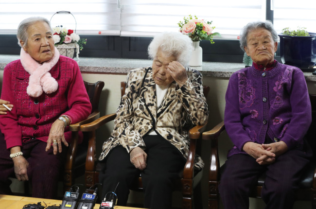 Victims of Japan's sexual slavery during the WWIIlisten to Foreign Minister Kang Kyung-wha's speech on TV. (Yonhap)