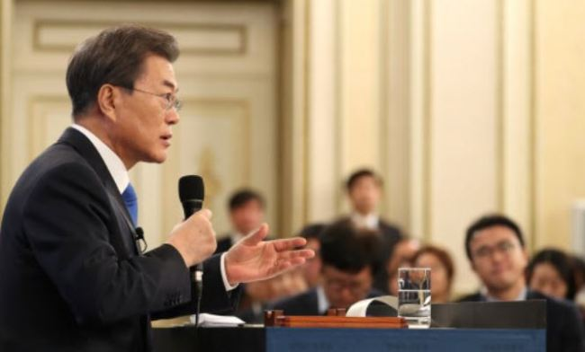 President Moon Jae-in delivers his New Year`s address at Cheong Wa Dae, Wednesday, Jan. 10, 2018. (Yonhap)