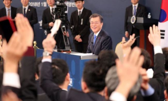 President Moon Jae-in delivers his New Year`s speech at Cheong Wa Dae, Wednesday, Jan. 10, 2018. (Yonhap)