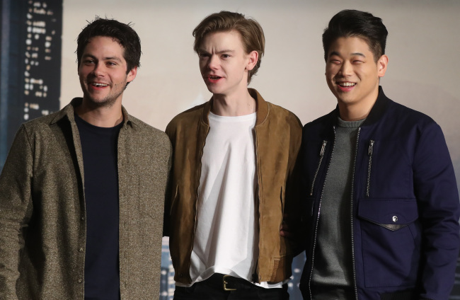 """Dylan O'Brien (left), Thomas Brodie-Sangster (center) and Lee Ki-hong pose for photos during a press conference for """"Maze Runner: The Death Cure"""" in Seoul on Thursday. (Yonhap)"""